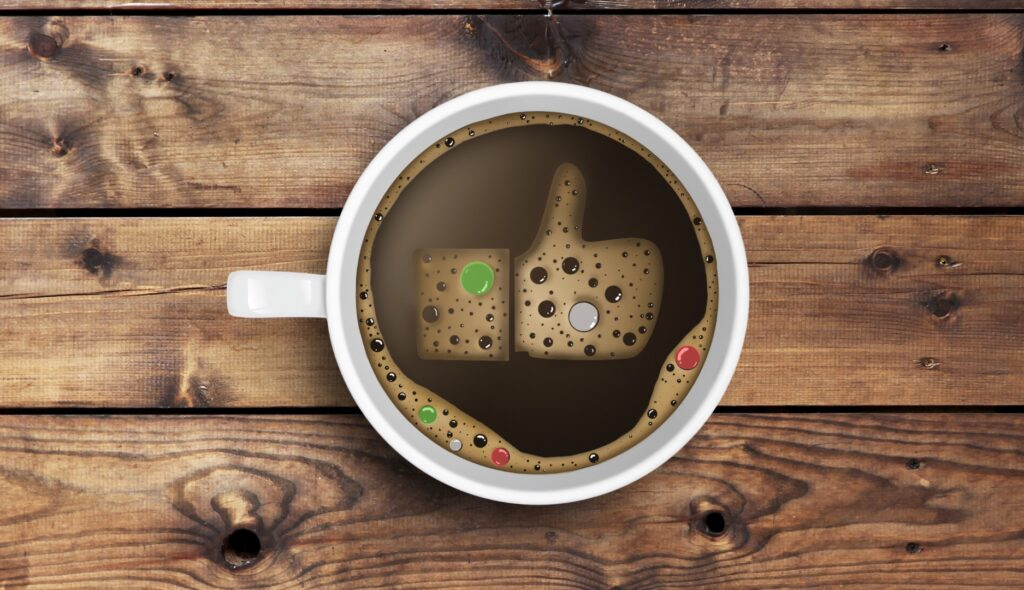 Una tazza di caffè con un like