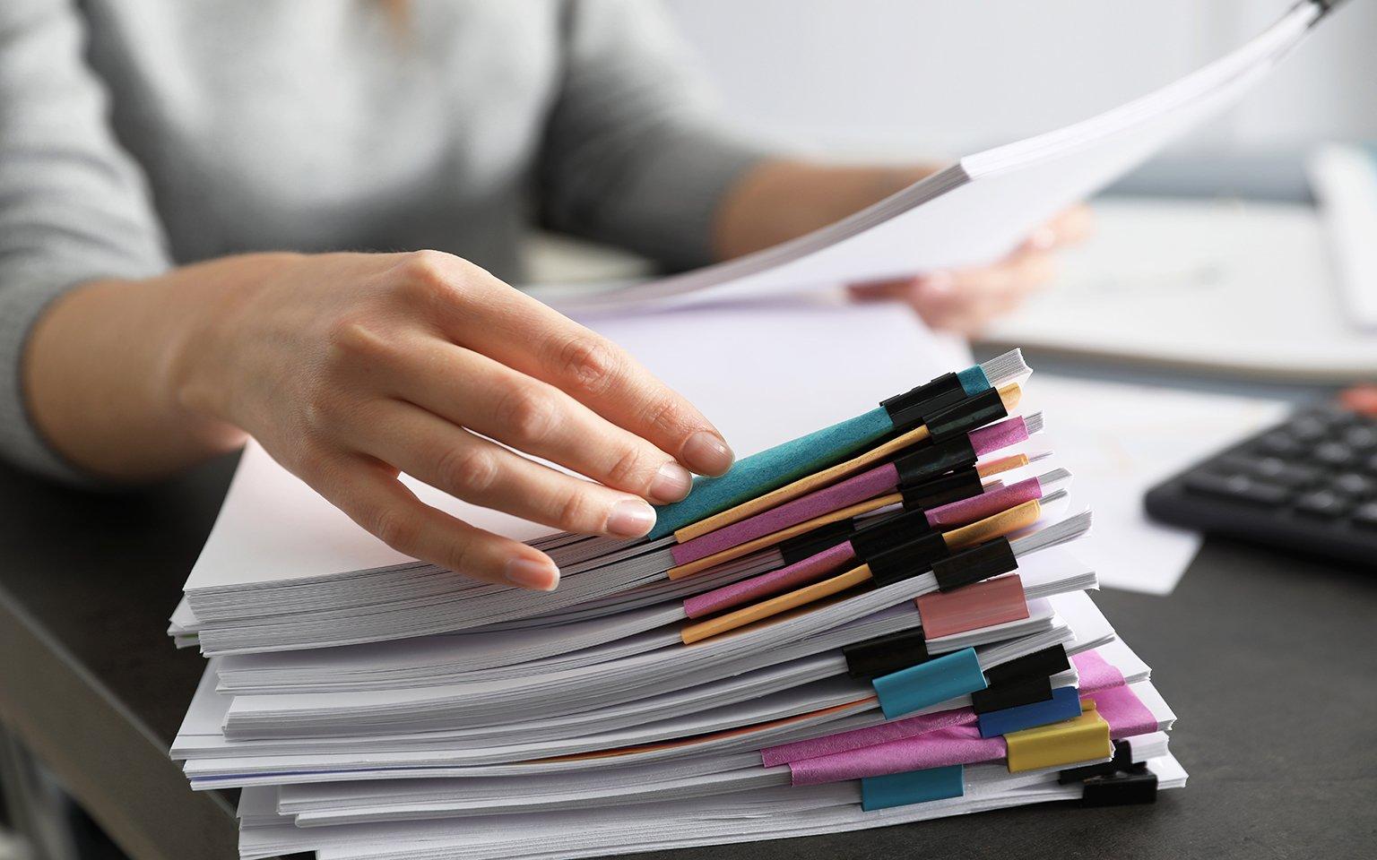 Documenti impilati che devono essere evasi
