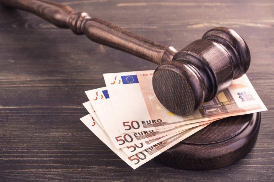 banconote e martelletto giudice